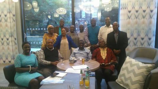 Besigye posing with Ugandans in the UK